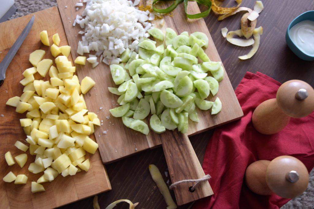 Zupa ogórkowa z curry z koperkiem i jogurtem - składniki na drewnianej desce
