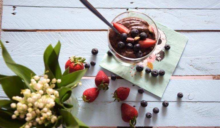 Budyń czekoladowy z banana i avocado z truskawkami i jagodami widik z góry