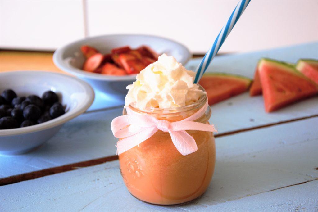 smoothie z arbuza u bitą śmietaną