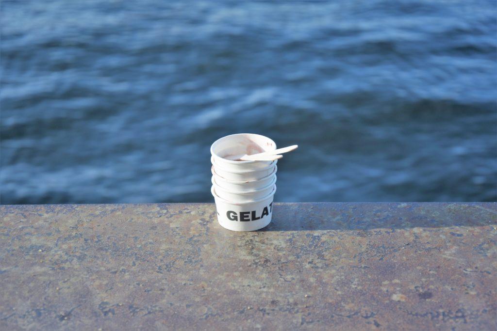 Festiwal lodów w Berlinie - puste kubeczki po lodach na tle wody