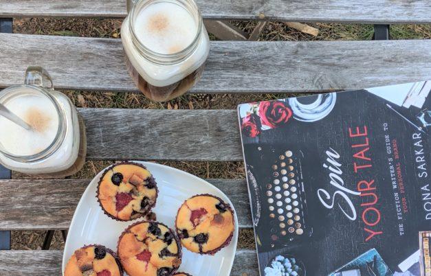 książka, kawa i muffinki na drewnianym stole