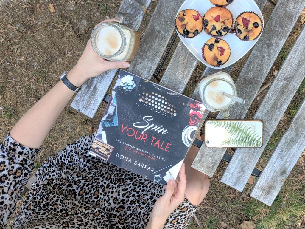 książka na drewnianym stole, kawa, muffinki