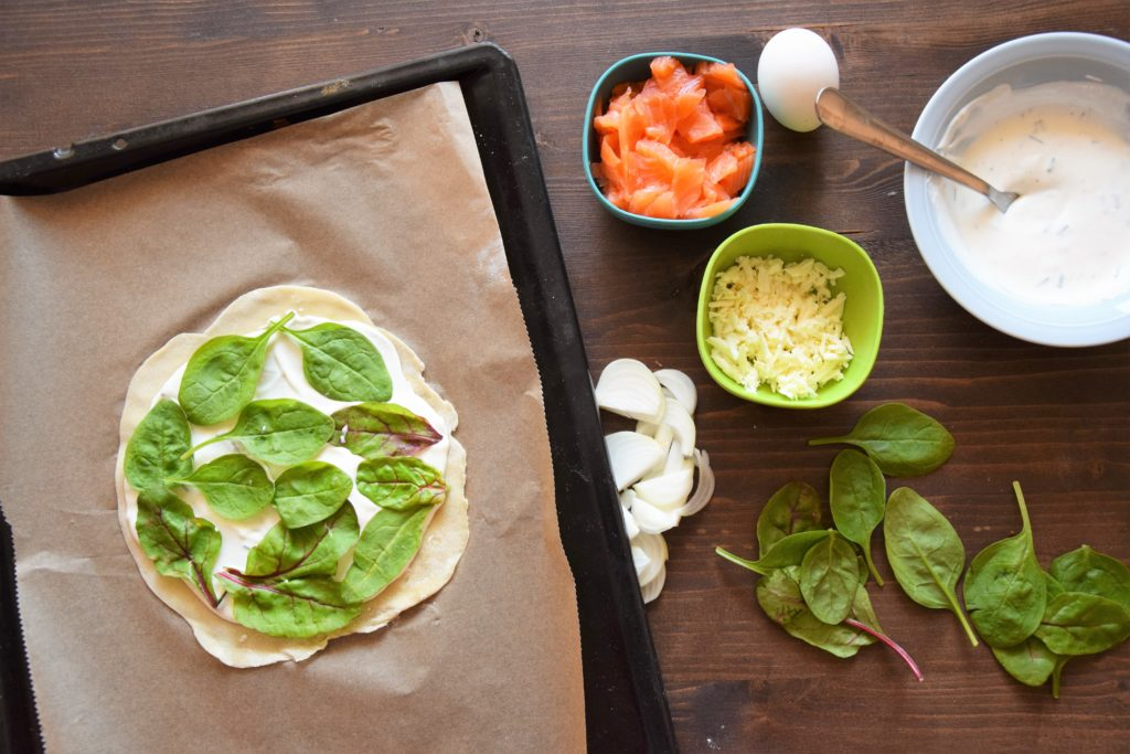 mini pizza z jajkiem, szpinakiem i łososiem - składniki