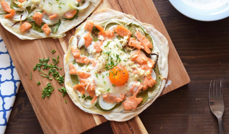 mini pizza z jajkiem, szpinakiem i łososiem